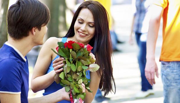 Парень дарить девушке цветы 50